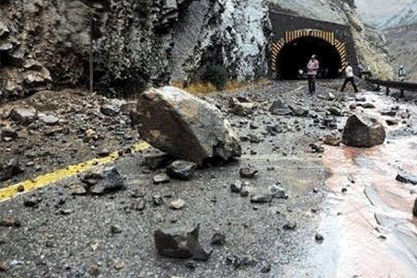 جهت ارتباطی 2 روستای شاهین دژ بر اثر ریزش کوه مسدود شد